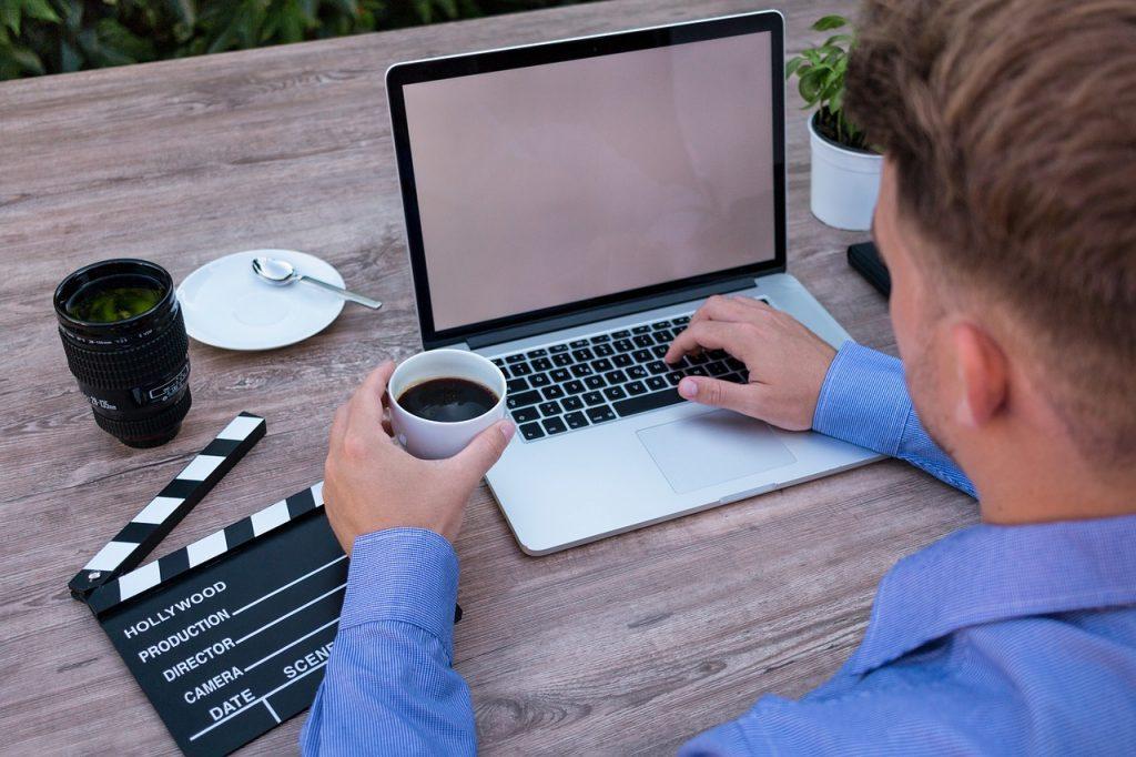 laptop, mockup, coffee break-2838939.jpg
